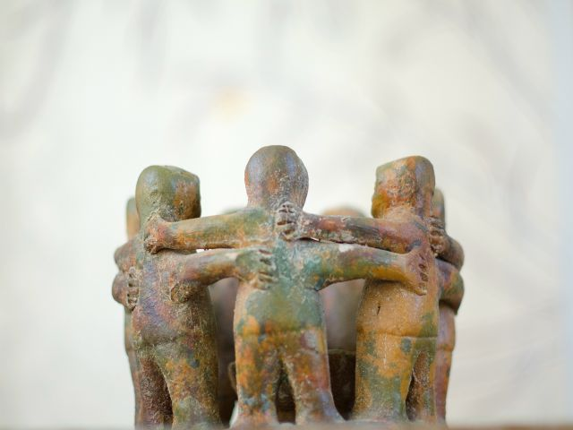 Photo: clay-humans-hugging